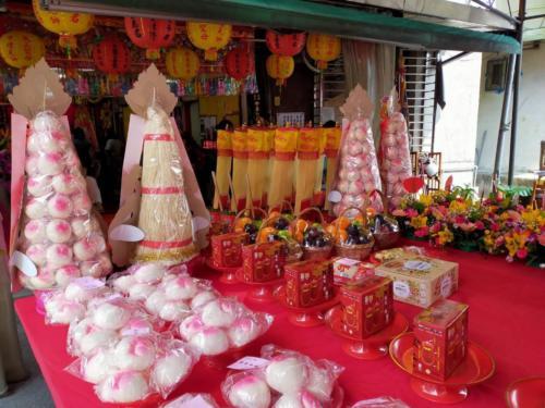 桌上的壽桃及供品